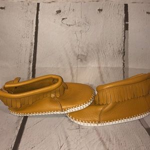Baby Minnetonka leather shoes sz 6